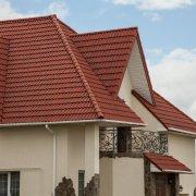 Дом и ограждение с терракотовой полимерпещаной черепицей
